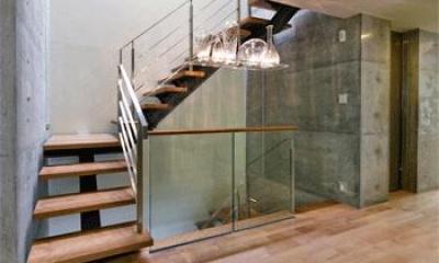 WHITE BOX&BLACK WALL (2階階段)