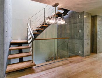 WHITE BOX&BLACK WALLの部屋 2階階段