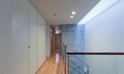 WHITE BOX&BLACK WALL (3階階段)