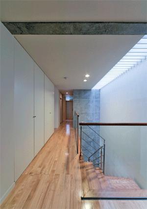 WHITE BOX&BLACK WALLの部屋 3階階段