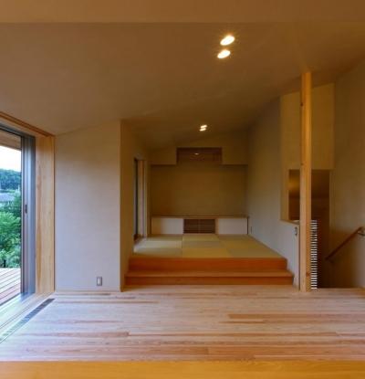 ダイニング・小上がりの畳スペース (Kさんの住家)