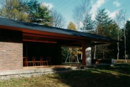 軽井沢の家1 (庭からリビングとテラスを見る)
