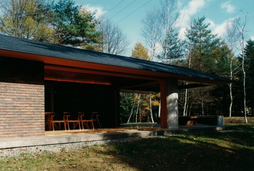 軽井沢の家1の写真 庭からリビングとテラスを見る