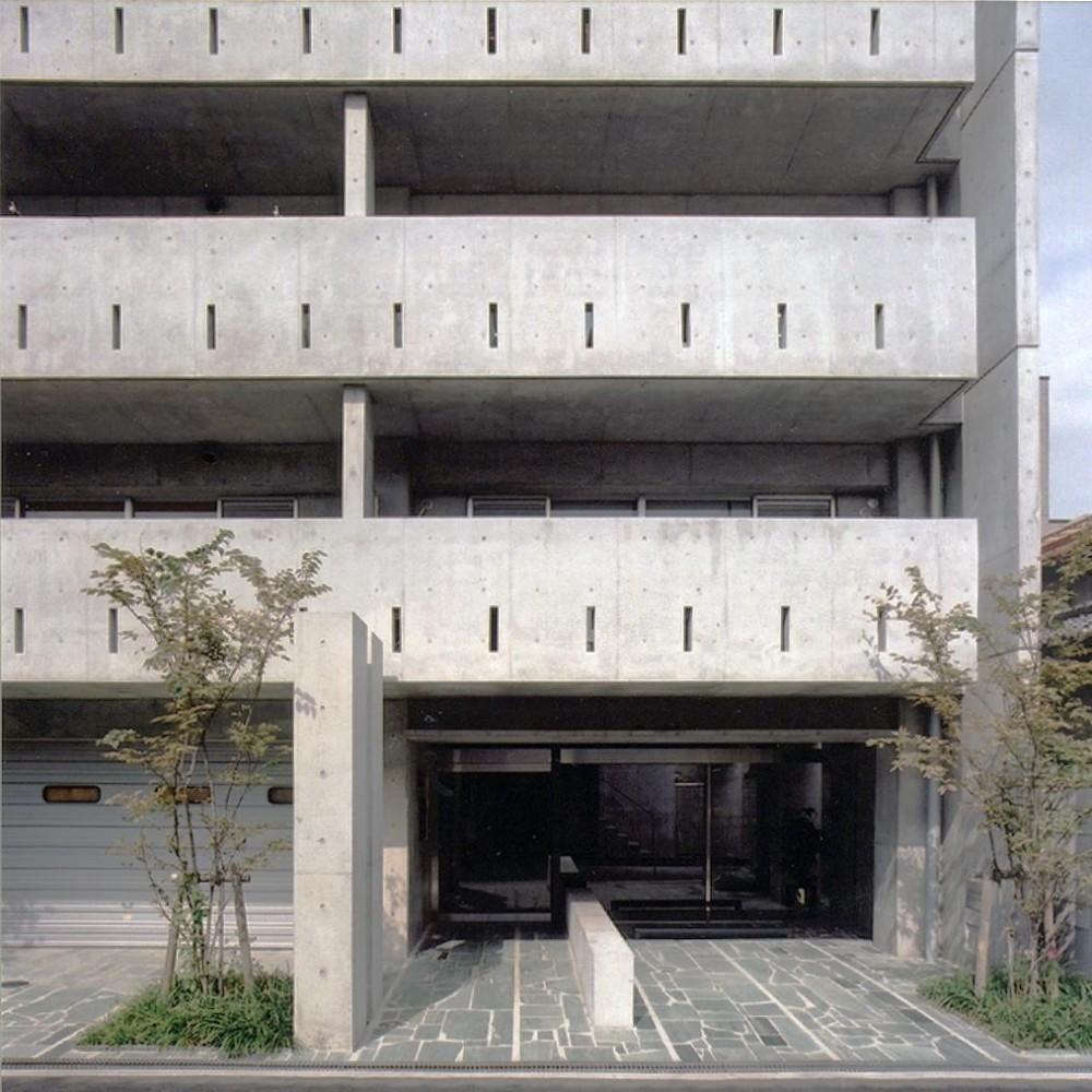 賃貸住居の屋上は中庭のあるオーナーの家|湯里の集合住宅 (エントランス01 共用部分全て四国緑石の乱貼)