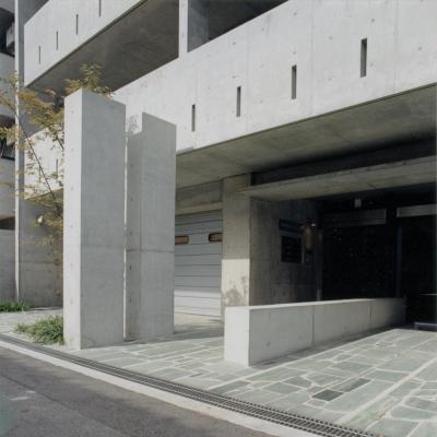 エントランス02 共用部分全て四国緑石の乱貼 (賃貸住居の屋上は中庭のあるオーナーの家|湯里の集合住宅)