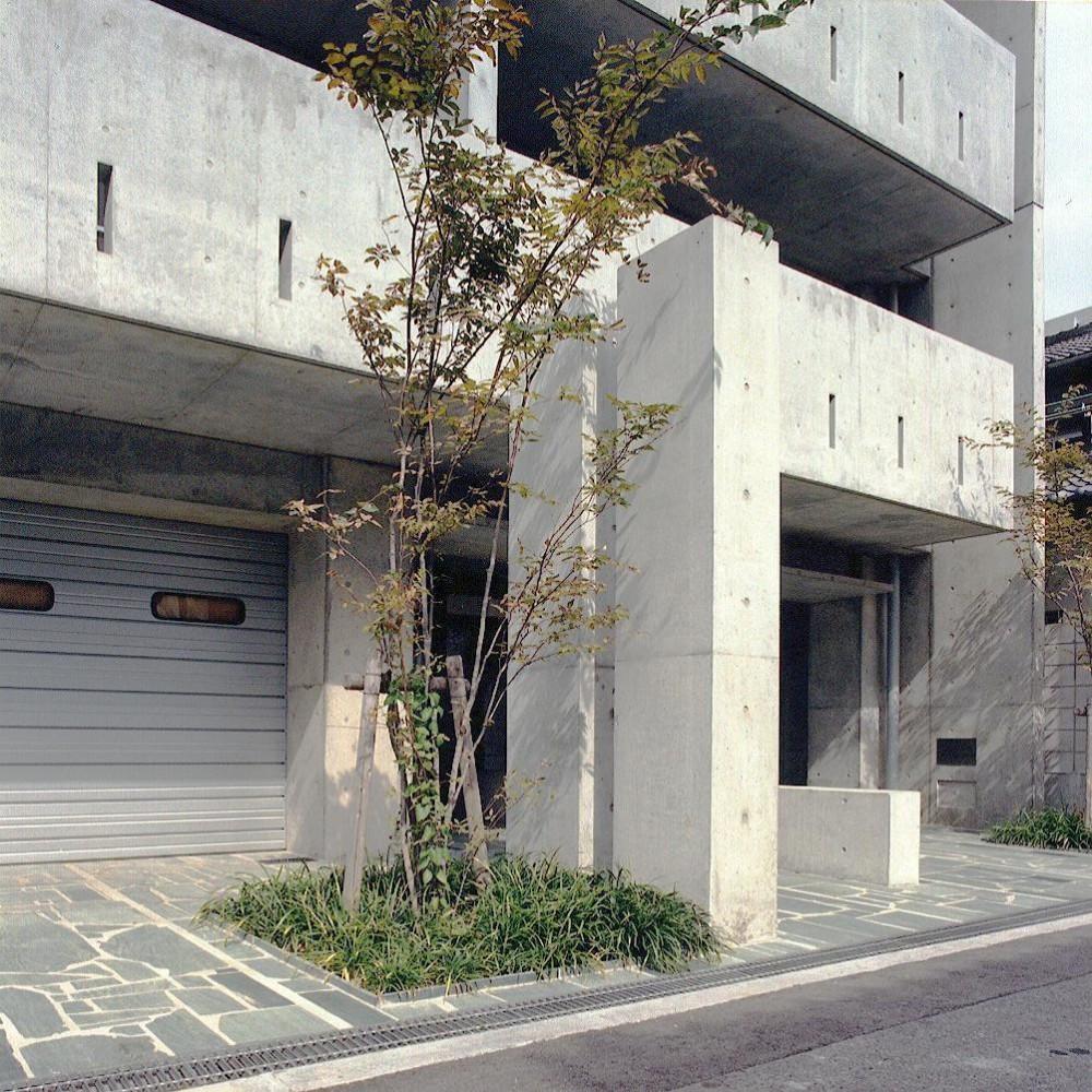 賃貸住居の屋上は中庭のあるオーナーの家|湯里の集合住宅 (エントランス03 共用部分全て四国緑石の乱貼)