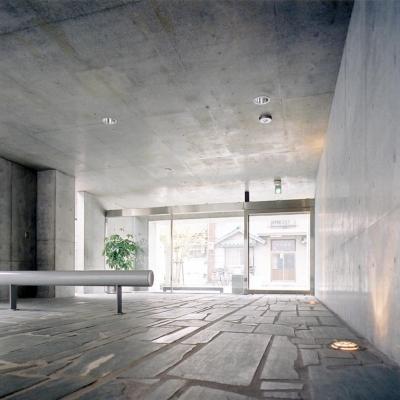 エントランス04 共用部分全て四国緑石の乱貼 (賃貸住居の屋上は中庭のあるオーナーの家|湯里の集合住宅)