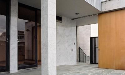 賃貸住居の屋上は中庭のあるオーナーの家|湯里の集合住宅 (RC造上部の鉄骨オーナー宅02 四国緑石の乱貼)