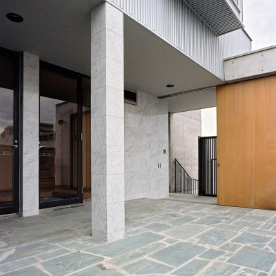RC造上部の鉄骨オーナー宅02 四国緑石の乱貼 (賃貸住居の屋上は中庭のあるオーナーの家 湯里の集合住宅)