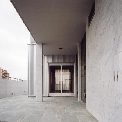 RC造上部の鉄骨オーナー宅03 四国緑石の乱貼 (賃貸住居の屋上は中庭のあるオーナーの家|湯里の集合住宅)