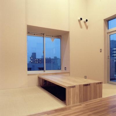RC造上部の鉄骨オーナー宅05 掘りごたつテーブル (賃貸住居の屋上は中庭のあるオーナーの家|湯里の集合住宅)