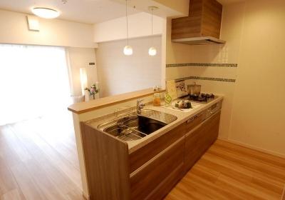 キッチン (明るく洗練された団地リノベーション)