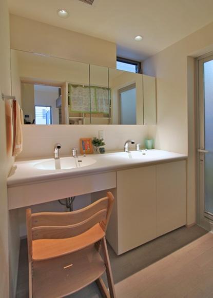 チャイルドサポターの憩いの家の部屋 ダブルボウルの洗面エリア
