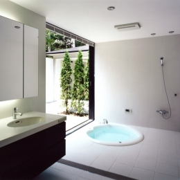 軽井沢の家3 (庭につながる洗面・浴室)