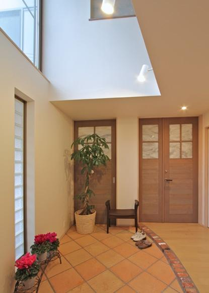チャイルドサポターの憩いの家の部屋 吹き抜けのある玄関