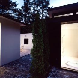 軽井沢の家3 (中庭から浴室、離れを見る)