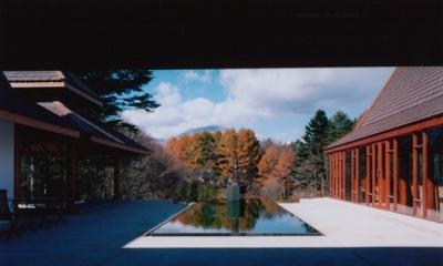 タイハウス (浅間山を正面に見る中庭)