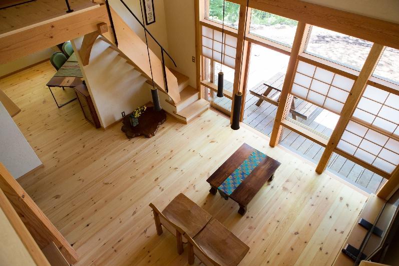 大泉の舎の部屋 四季折々の景色を存分に楽しめるリビング