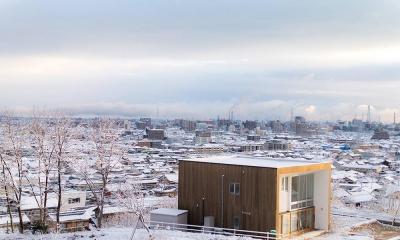 爽やかな風が通り抜ける家|9mの大開口の家 (外観03 初雪・真っ白の世界)