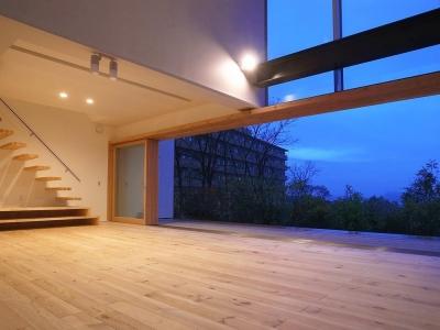 両側デッキ広がるリビング01 夕暮の青い空 (爽やかな風が通り抜ける家|9mの大開口の家)