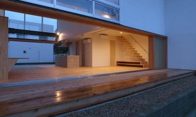 爽やかな風が通り抜ける家|9mの大開口の家 (両側デッキ広がるリビング02 夕暮のデッキより)