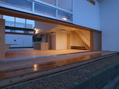 両側デッキ広がるリビング02 夕暮のデッキより (爽やかな風が通り抜ける家|9mの大開口の家)