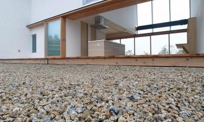 爽やかな風が通り抜ける家|9mの大開口の家 (両側デッキ広がるリビング04 風と光が抜ける)