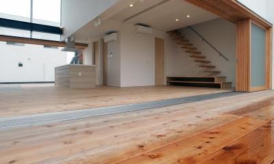爽やかな風が通り抜ける家|9mの大開口の家 (両側デッキ広がるリビング05 階段とキッチン)