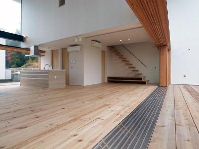 両側デッキ広がるリビング06 大開口フラットレール (爽やかな風が通り抜ける家|9mの大開口の家)