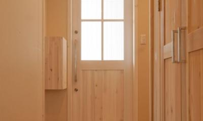 鏡島の家 (明かりがいっぱい入り込む無垢の玄関ドア)