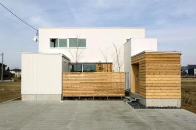 コの字プランの白い家 (中庭をコの字に囲うように配置した住宅)