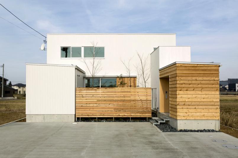 コの字プランの白い家の部屋 中庭をコの字に囲うように配置した住宅