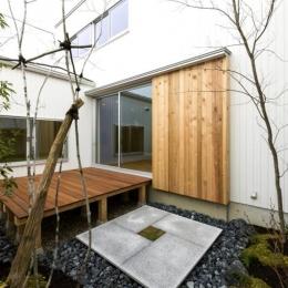 コの字プランの白い家 (自然を感じる中庭)