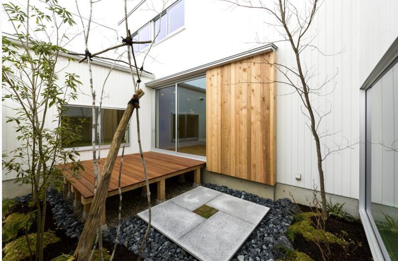 コの字プランの白い家の部屋 自然を感じる中庭