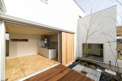 コの字プランの白い家 (開放的なリビング)