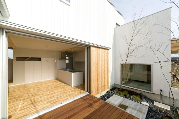 コの字プランの白い家の部屋 開放的なリビング
