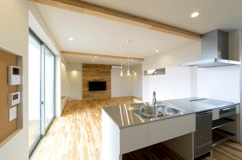 コの字プランの白い家の部屋 ステンレスキッチン