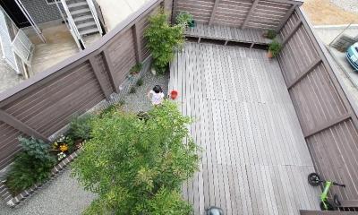 三角角地の家 (ウッドデッキを見下ろして)