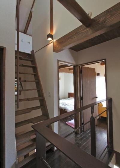 昭和70年代を駆け抜ける家 (階段・廊下)