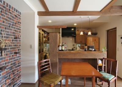 昭和70年代を駆け抜ける家 (レトロな雰囲気のダイニングキッチン)