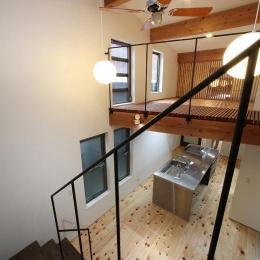 内記の家 其の二 (階段からダイニング・キッチンを見下ろす)