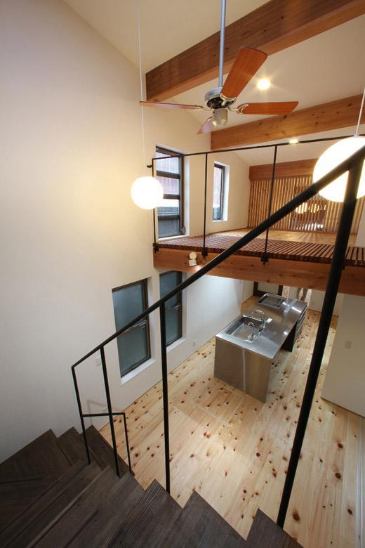 内記の家 其の二の部屋 階段からダイニング・キッチンを見下ろす