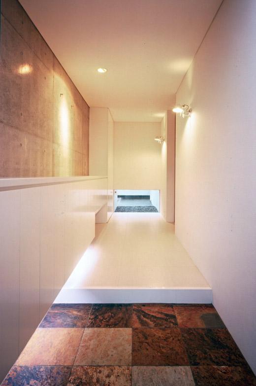桃山の家の部屋 白い廊下