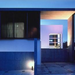 桃山の家 (コンクリート打放しの外観 (夕景))