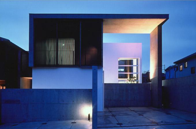 桃山の家の部屋 コンクリート打放しの外観 (夕景)