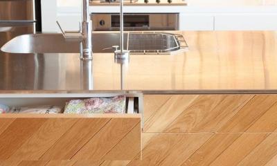 Stich —異なる素材をパッチワークのようにつなげて (キッチン収納)