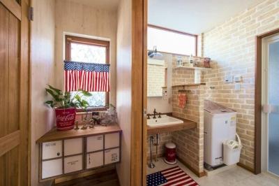 明るい洗面室 (木のぬくもりを感じる、アメリカンカントリーの家)