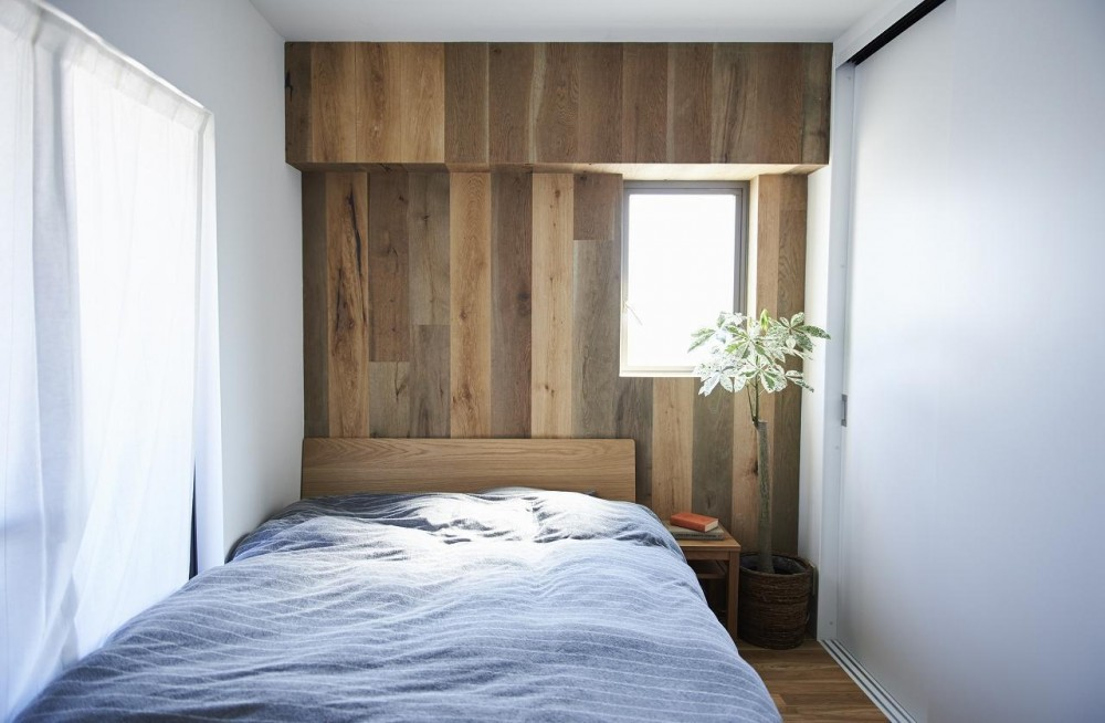 「無垢材×コンクリートの一体感」人の手による物作りの感覚を大切に (ベッドルーム)