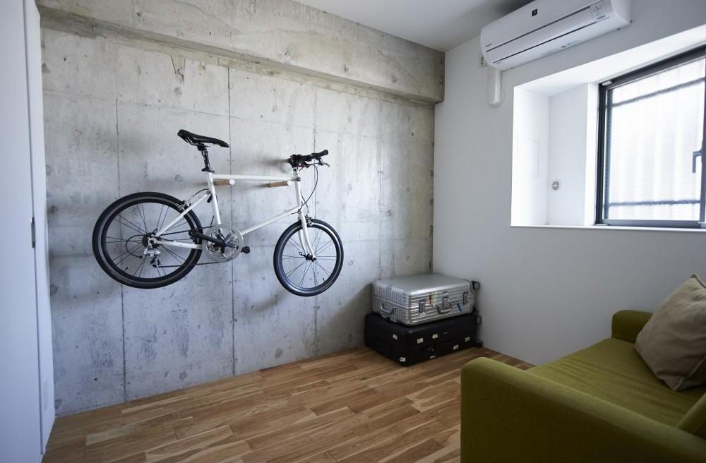 「無垢材×コンクリートの一体感」人の手による物作りの感覚を大切に (居室)