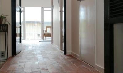ナチュラルスタイル~Heritage アイアン素材の融合~ (共用部からつづく、ブリックタイルの室内玄関)